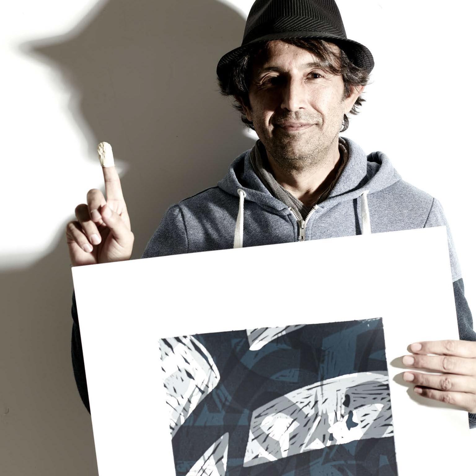 Maler Aatifi mit einer Grafik